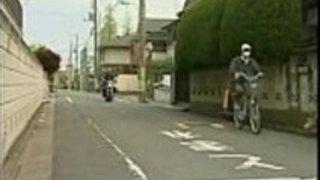 日本のお母さんは、彼女の友人をファックするために丸い娘を誘惑する