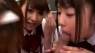 学校の教室で制服女子高生三人に囲まれハーレム状態でフェラをされる