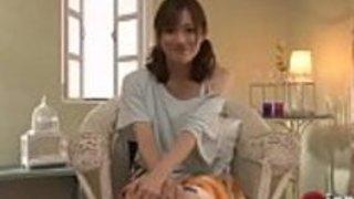 セクシーな日本のベイビーは、本当に素敵な足コキを幸運な男に与える