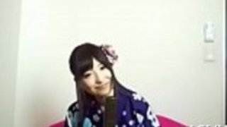 日本の湯たんぽが頭を剃り、剃毛された顎口が強く打たれる