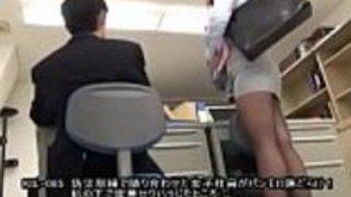 [Jap]私たちの地震の間に私の隣にいる女性従業員ドリルは私に彼女のパンティーの完全なビューを与えました!セクシュアルハラスメントのような机の下で彼女を押しつぶして...  - フルビデオHTTP://JPorn.se/KIL-085