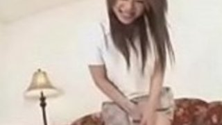 日本の女子高生は彼女の剃毛された猫を打ちました