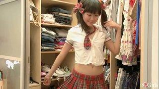 ロリ顔お姉さんが試着室で着替える姿を盗撮して可愛い乳首が丸見え